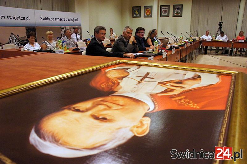 Portret Jana Pawła II na sali obrad [FOTO/WIDEO]