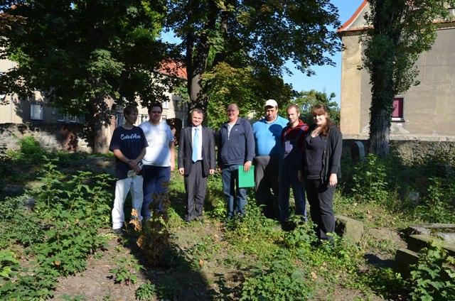 Niemieccy bezrobotni posprzątają cmentarz