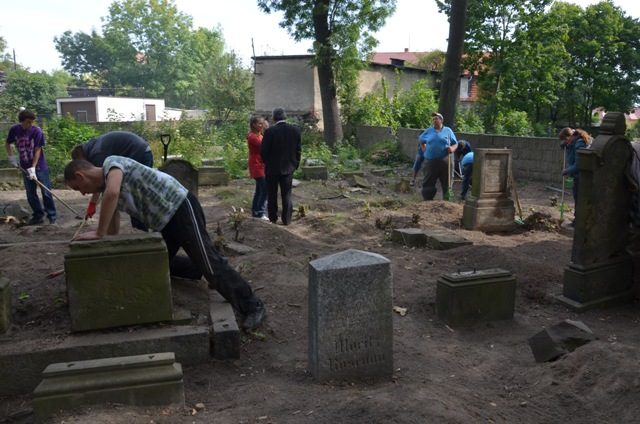 Odratowali zaniedbany cmentarz