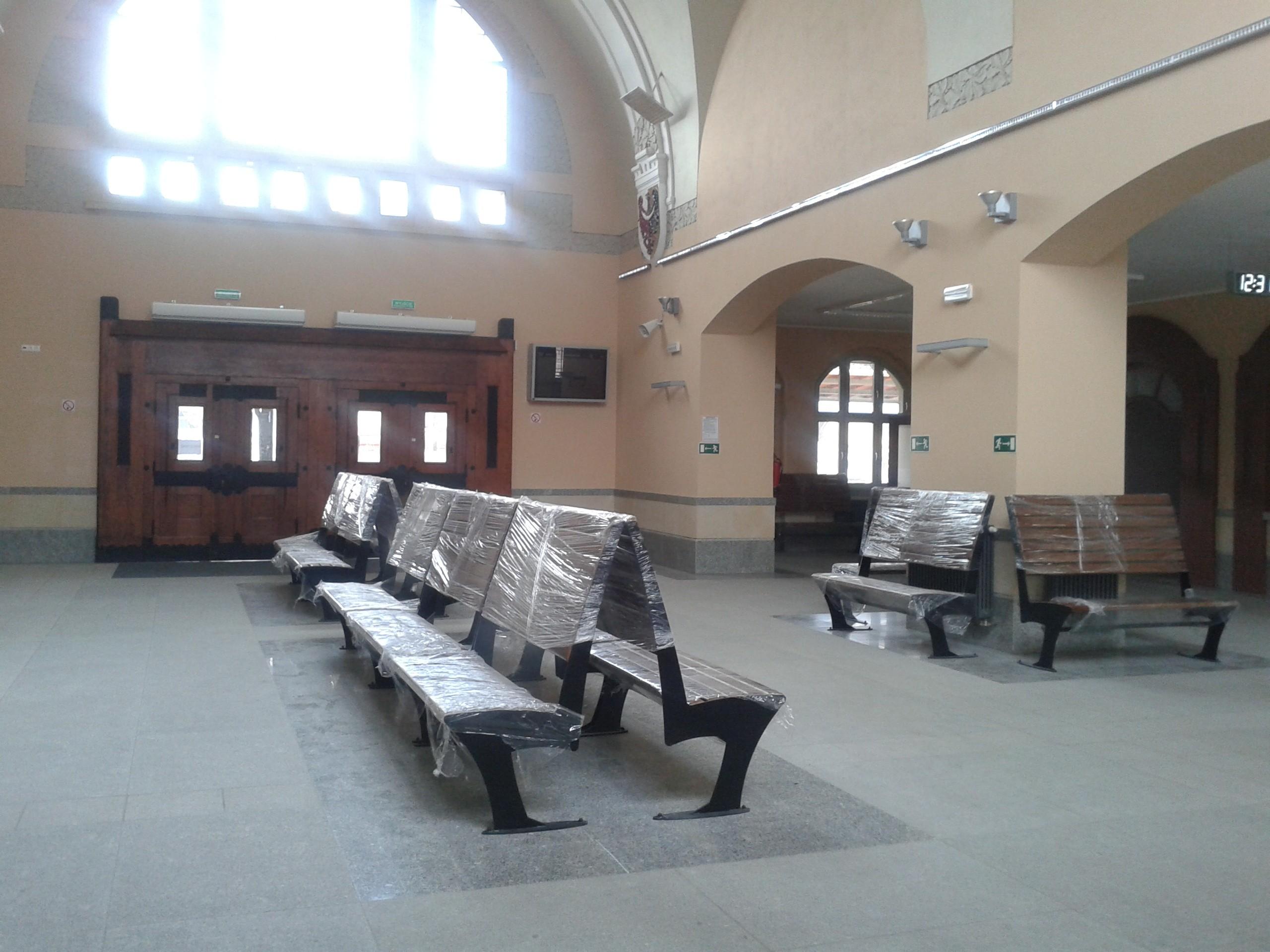 dworzec ławki