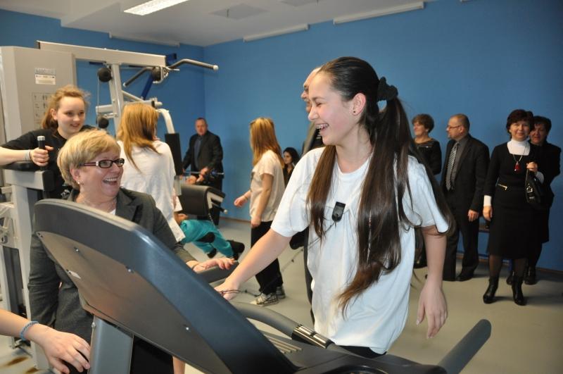 Wójt Gminy Teresa Mazurek podczas wizytacji hali z okazji 5-lecia jej działalaności (pobyt w siłowni)