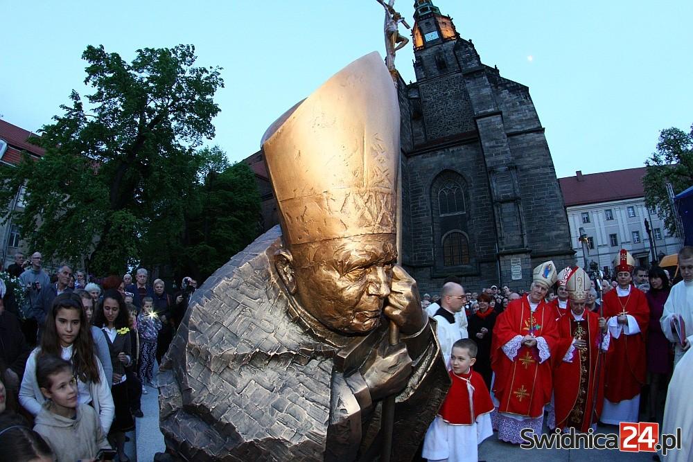 Odsłonięcie pomnika św. Jana Pawła II w Świdnicy (18)