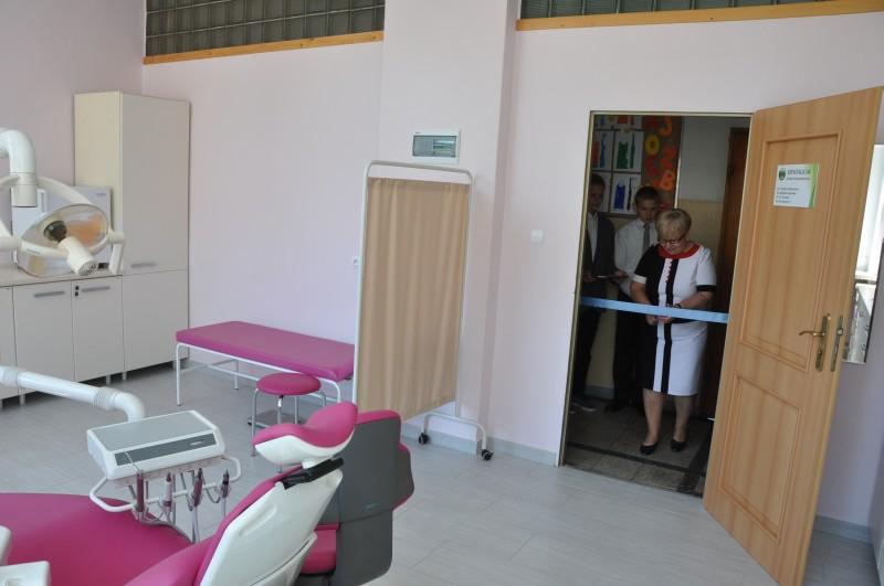 Otwarcie gabinetu stomatologicznego przy SP w Pszennie przez wójt gminy Teresę Mazurek