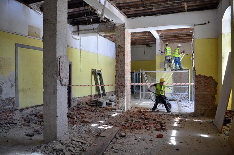 Przebudowa dworca Jaworzyna Śląska - prace rozbiórkowe w holu dworca