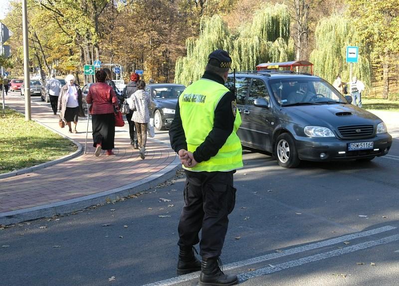 """Rusza akcja """"Znicz 2019"""". Od czwartku więcej policji przy cmentarzach i na drogach"""
