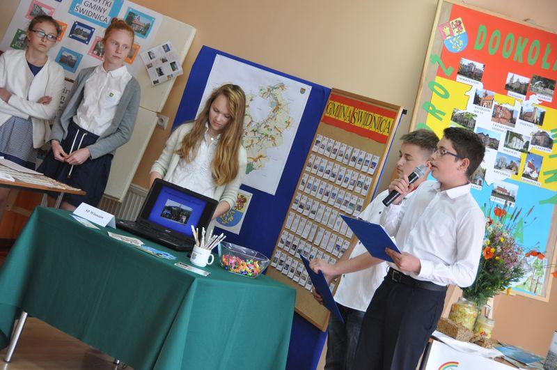 Uczniowie SP w Witoszowie Dolnym - zwyciężcy tegorocznego konkursu o Laur Młodego Samorządowca, podczas prezentacji stoiska