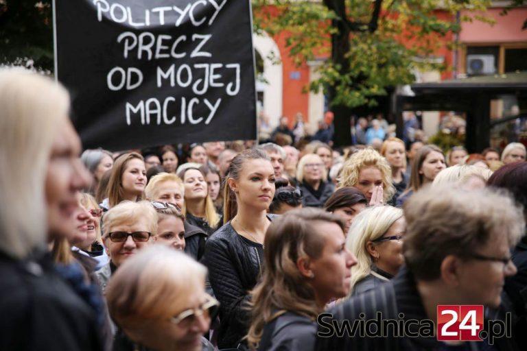 """Świdniczanie zaprotestują przeciwko orzeczeniu Trybunału Konstytucyjnego dotyczącemu aborcji. """"Przespacerują"""" się pod biuro poselskie i katedrę"""