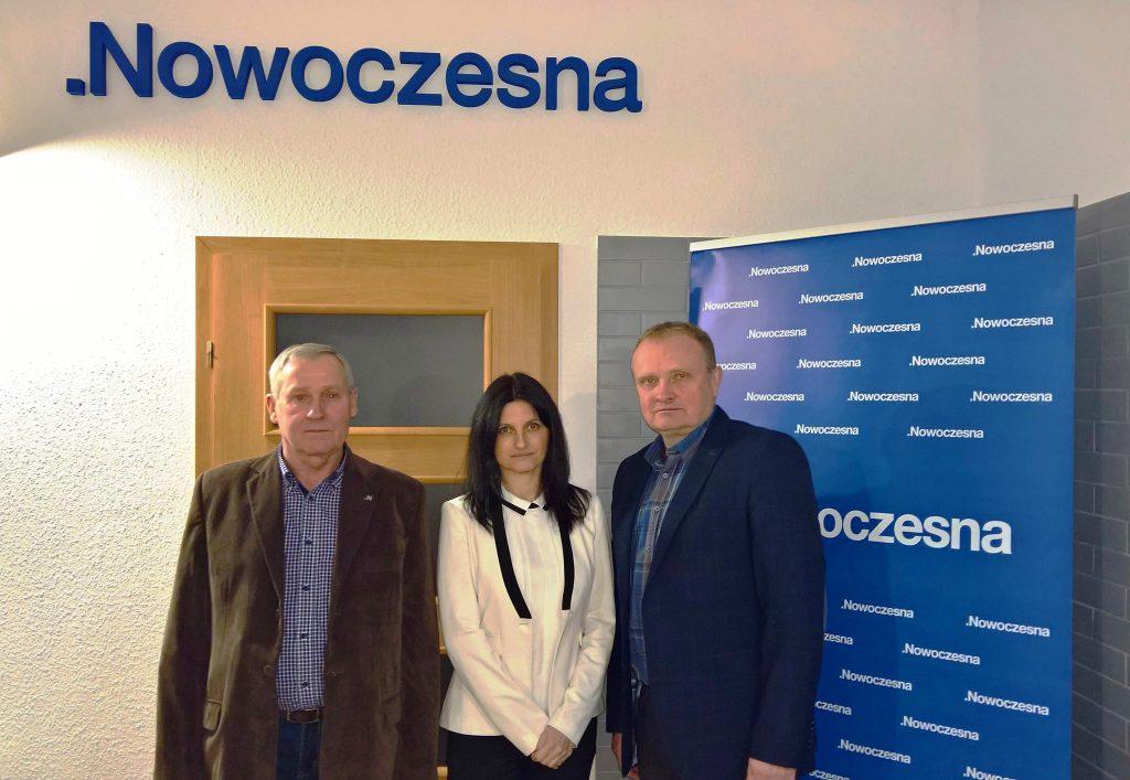 fot. nr 1 od lewej Tadeusz Szybiński, Magdalena Urbańska - Malucha, przewodniczący świdnickiego koła .N Wojciech Rut