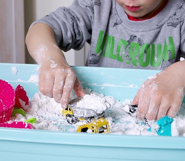 """Dziecko: Prosta zabawa sensoryczna dla """"niedotykalskiego"""" dziecka"""