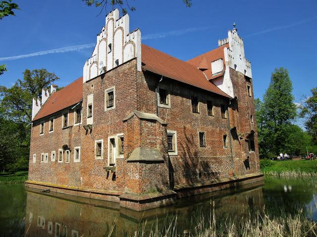 Małki w podróży: Zamek na wodzie w Wojnowicach