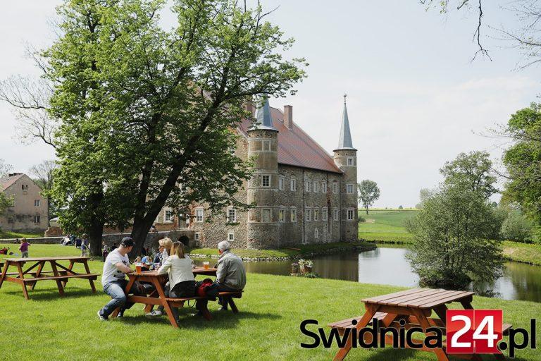 Charytatywne śniadanie na trawie w dworskiej scenerii. Przyjdź i wesprzyj odbudowę folwarku