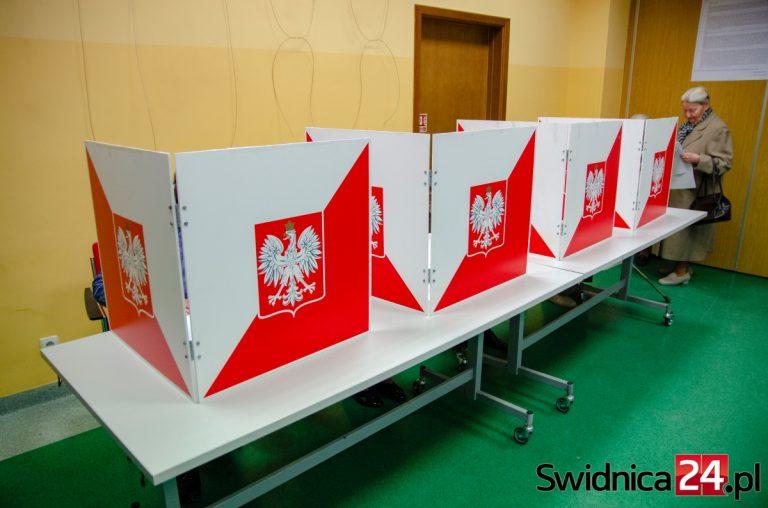 Głosowanie w czasie epidemii. Członkowie komisji w maseczkach, lokale wietrzone co godzinę
