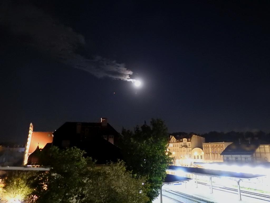Nocne niebo nad Centrum Przesiadkowym w Świdnicy, fot. Dariusz Spisak