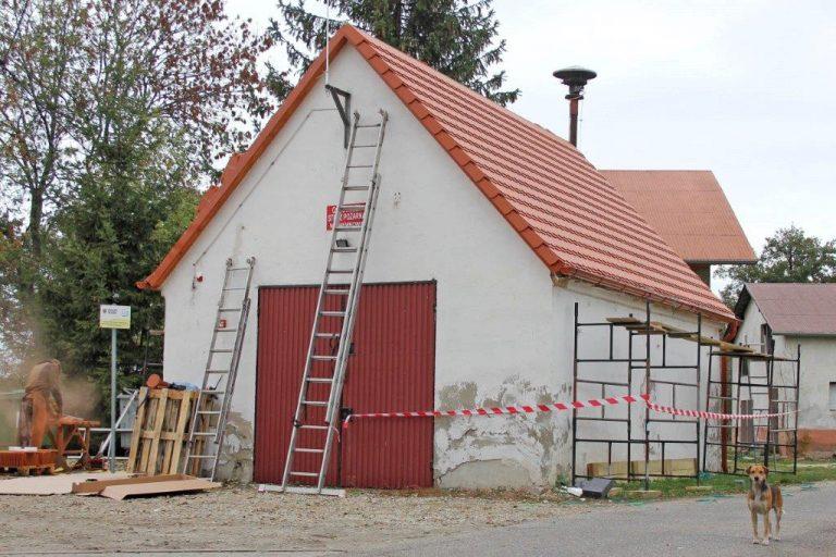 Strażacka remiza z nowym dachem