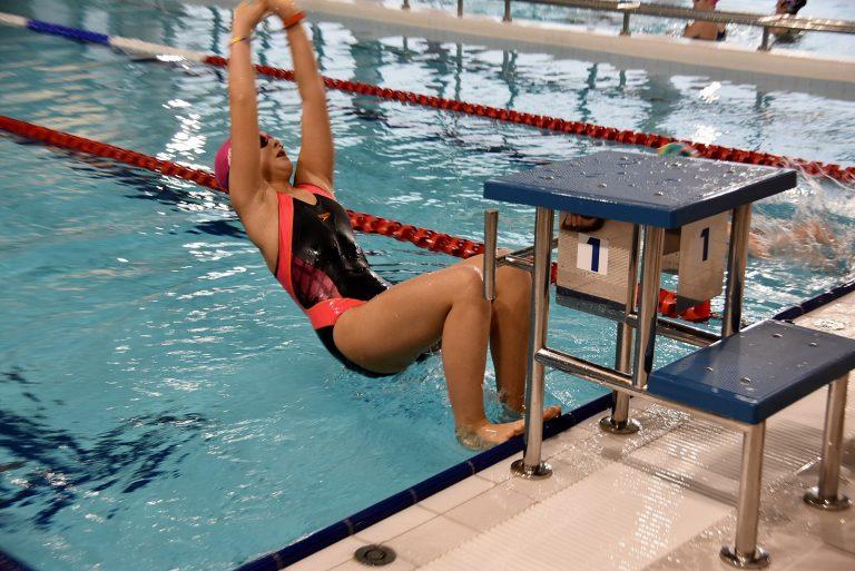 Niemal setka uczestników pierwszych pływackich mistrzostw w Witoszowie Dolnym