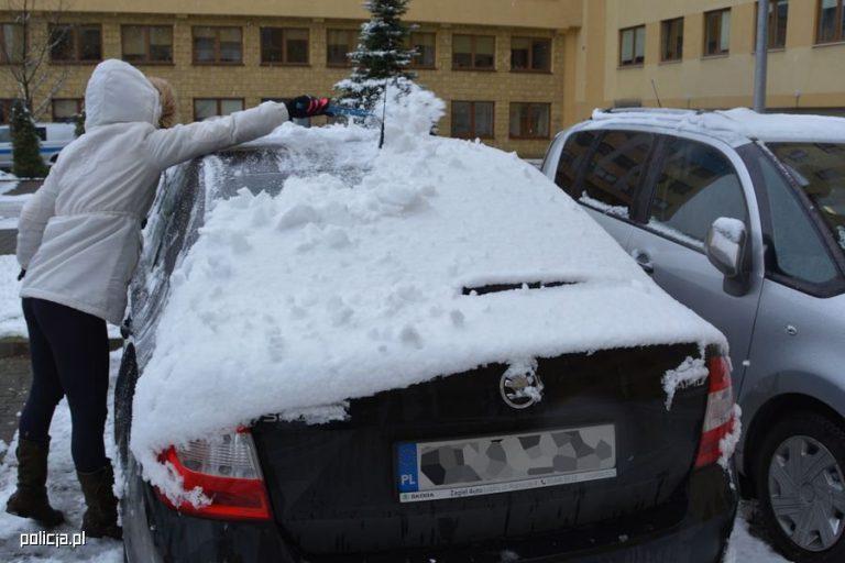 Policja apeluje o odśnieżanie aut