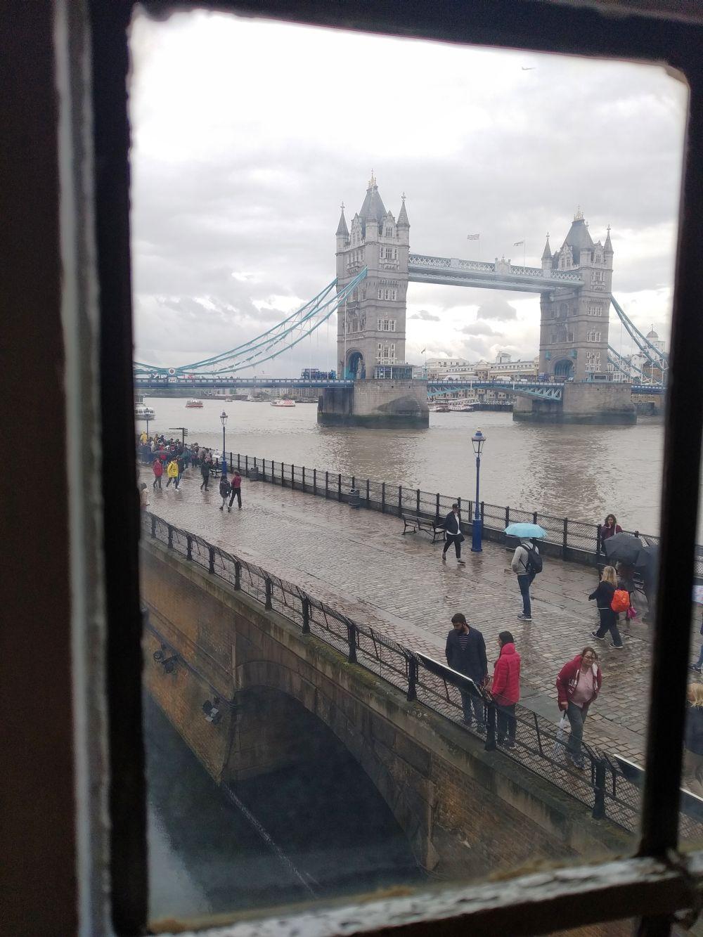 Anglia, Londyn,Tower Bridge uchwycony w trakcie zwiedzania Tower of London, fot. Piotr Owczarek