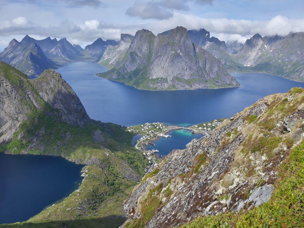 Norwegia, ze szczytu Reinebringen, z widokiem na górę Olstinden i fiordy: Kirkefjord, Vorfjord, fot. Rajmund Kuchno