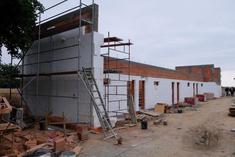 Trwa budowa sportowego zaplecza przy boisku w Witkowie