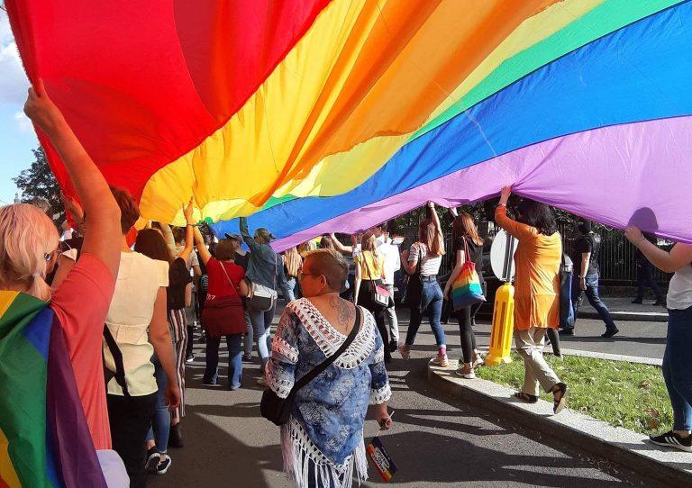 """Chcą zakazać parad równości. Podpisy pod projektem ustawy """"Stop LGBT"""" zbierane również w świdnickich parafiach"""