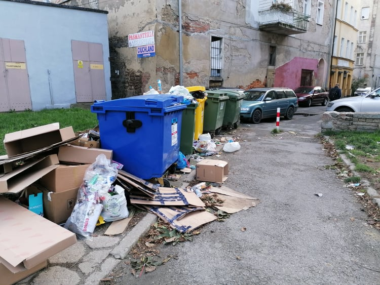 Śmietnik na podwórzu między ulicami Kotlarską a Grodzką
