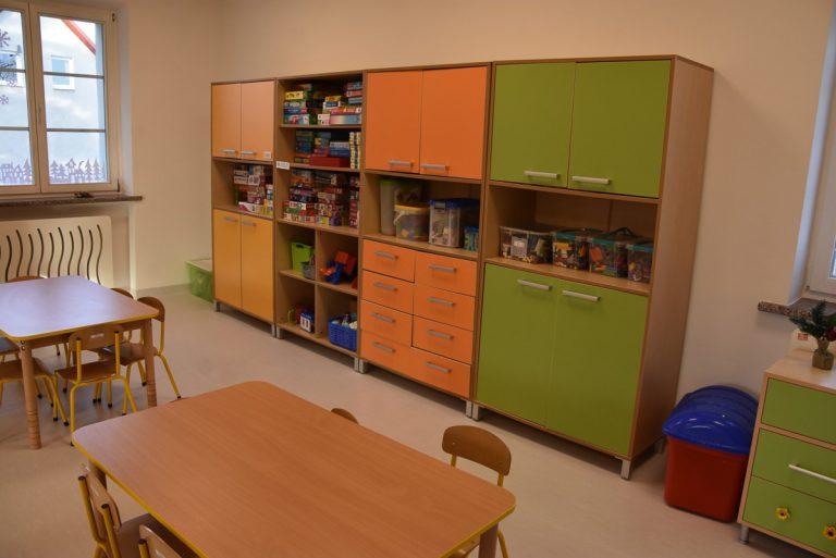 Garstka dzieci w otwartych przedszkolach