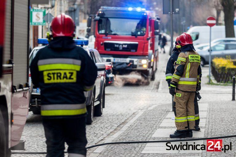 Zamiast ratowników do chorych przyjeżdżają strażacy. Służby tłumaczą przyczyny