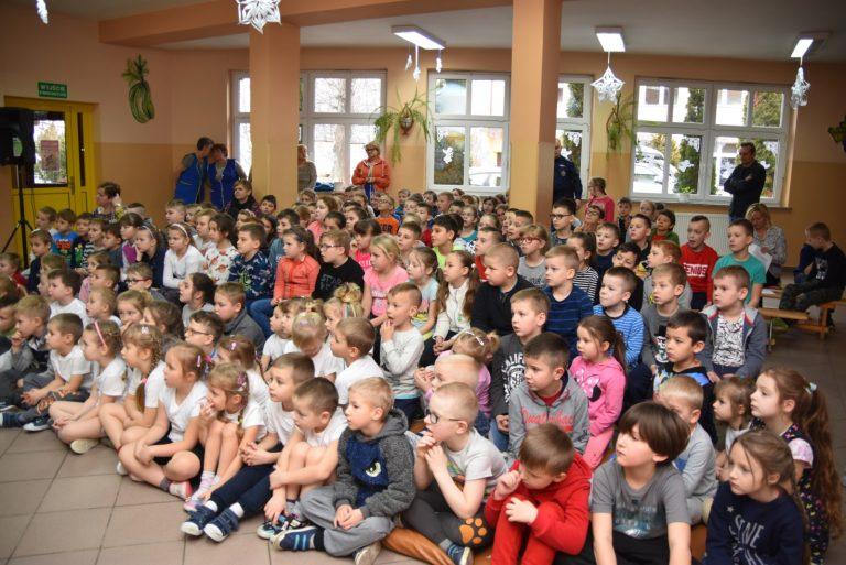 Jak bezpiecznie spędzić ferie? Edukacyjne spotkania policji i GOPR w szkołach gminy Świdnica