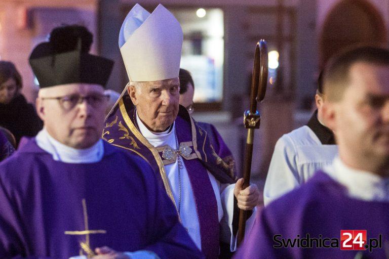 Świdnicki duchowny honorowym Dolnoślązakiem? Poseł Mieszkowski: pan biskup Dec zagraża polskiej demokracji