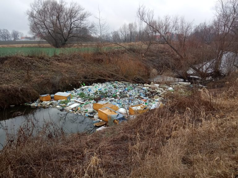W lutym społecznicy wyciągnęli z rzeki tony śmieci. Zarządca do dziś ich nie wywiózł