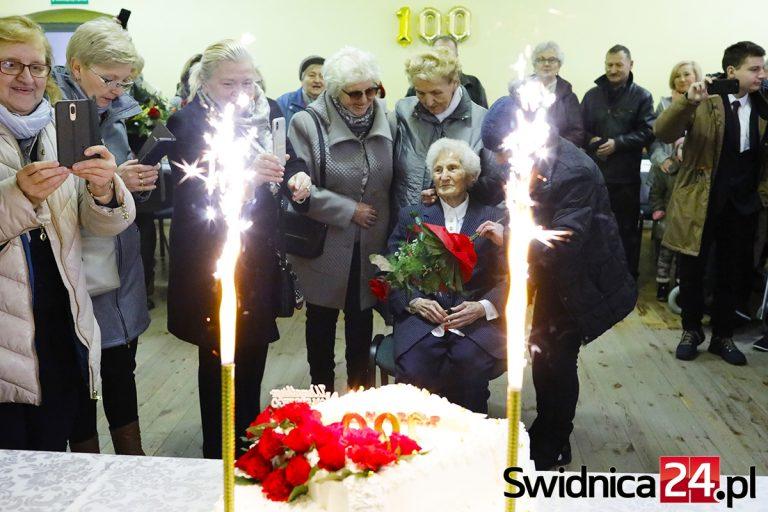 Setne urodziny pani Stanisławy. Świętowała razem z mieszkańcami Milikowic [FOTO]