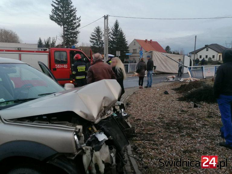 Wypadek w Witoszowie Dolnym. Zderzenie osobówki i auta ciężarowego [FOTO]