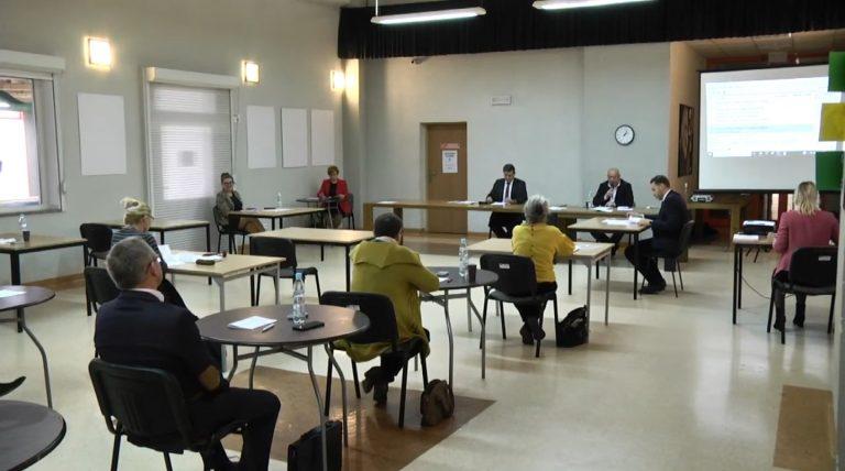 Sesje rad bez udziału publiczności. W Żarowie radni rozsadzeni, jak na egzaminie
