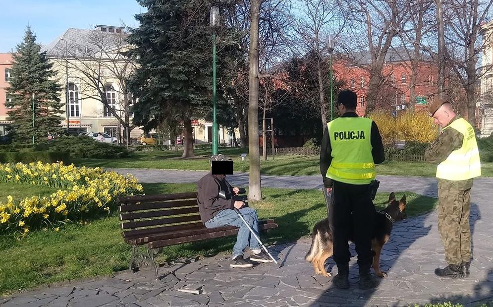 Patrol na placu Grunwaldzkim w Świdnicy. Fot. Dariusz Nowaczyński