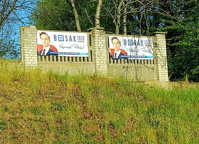 Banery kandydata skrajnej prawicy na płocie cmentarza żydowskiego