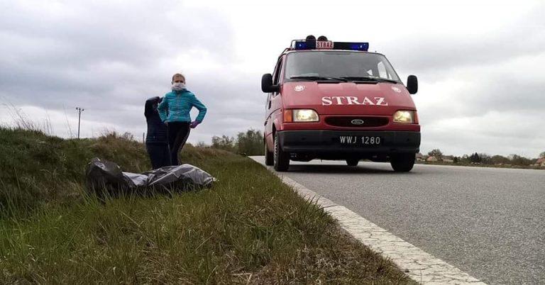 Strażacka młodzież przy wsparciu dorosłych wysprzątała pobocza w Śmiałowicach