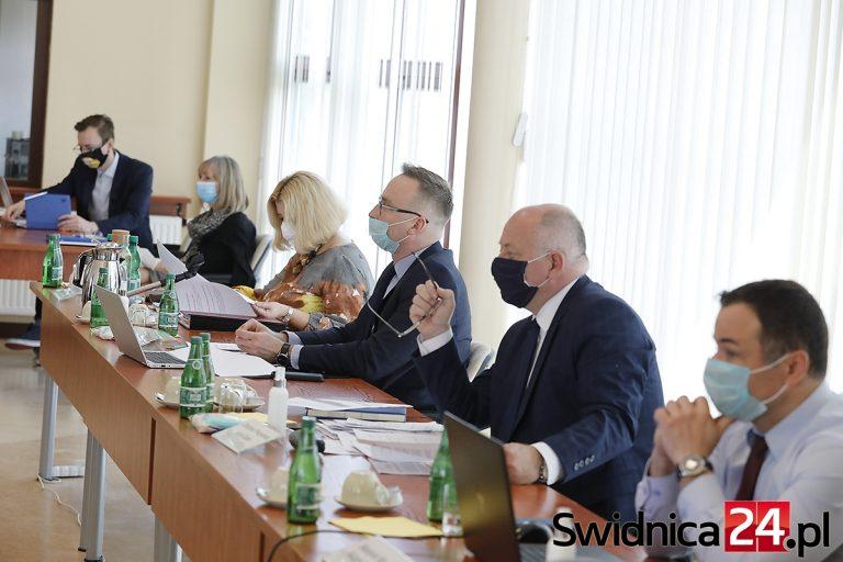 Zmiany w budżecie i przyjęcie programu współpracy z organizacjami pozarządowymi. Sesja świdnickiej rady w trybie zdalnym