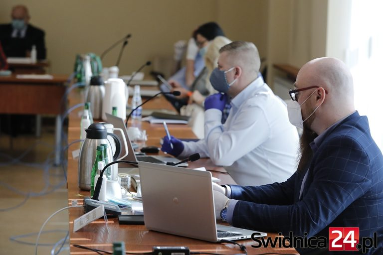 """Nadanie tytułu """"Zasłużonego dla Świdnicy"""", rozpatrzenie petycji w sprawie dofinansowania in-vitro. Zbliża się sesja Rady Miejskiej"""