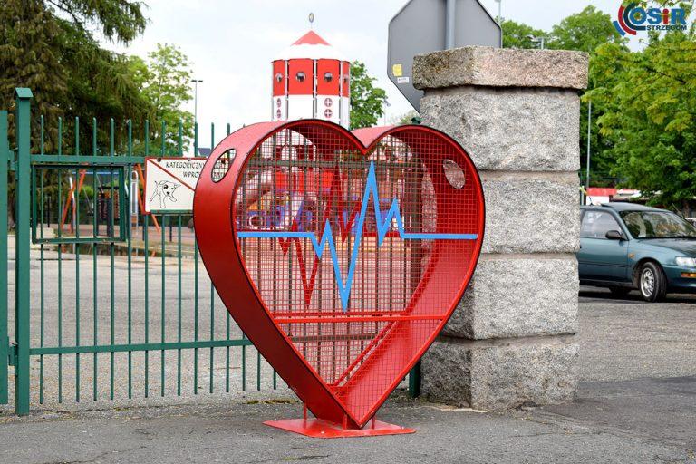 """""""Nakrętkowe serce"""" stanęło przed strzegomskim Ośrodkiem Sportu i Rekreacji"""