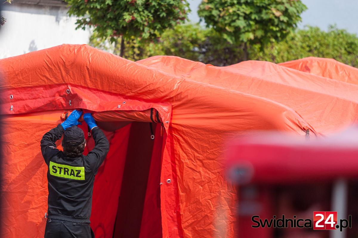 Koronawirus w Świdnicy. Strażacki namiot stanął przed domem