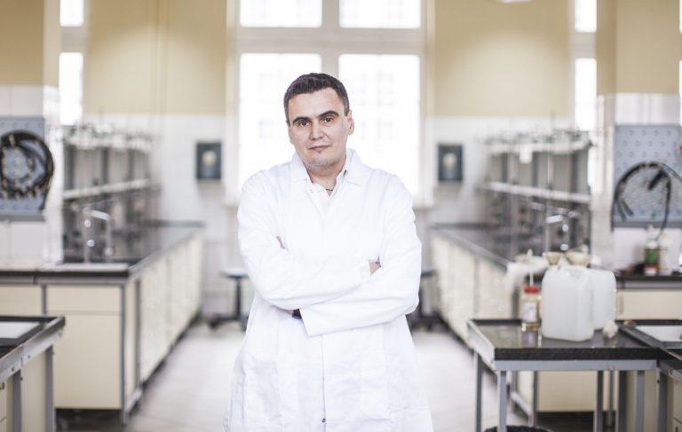 Lek czy szczepionka na COVID-19? Zespół prof. Marcina Drąga znalazł substancję hamującą działanie koronawirusa