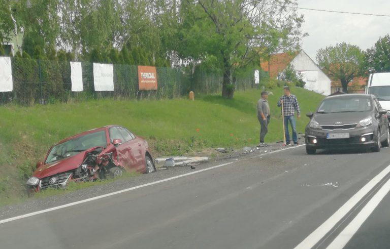 Czołowe zderzenie dwóch aut w Słotwinie. Jedno wpadło do rowu
