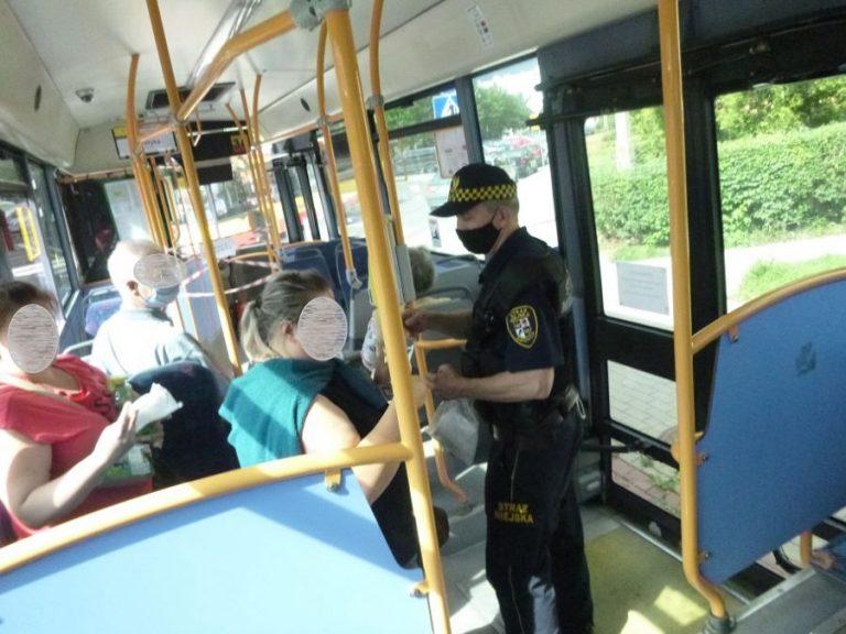 Straż miejska kontroluje noszenie maseczek w autobusach