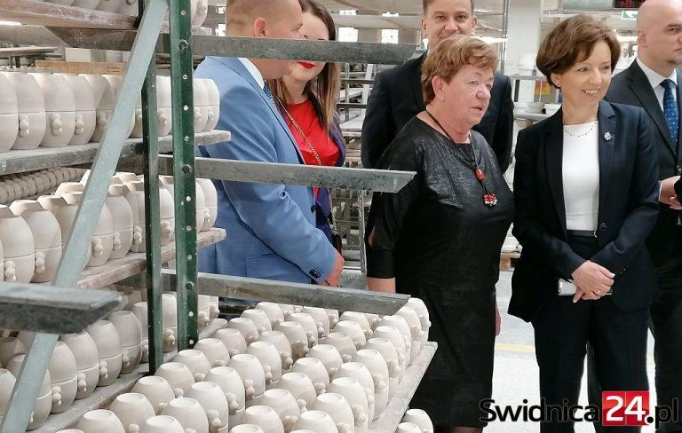 """Minister Maląg w Zakładach Porcelany """"Karolina"""" o pomocy dla przedsiębiorców"""