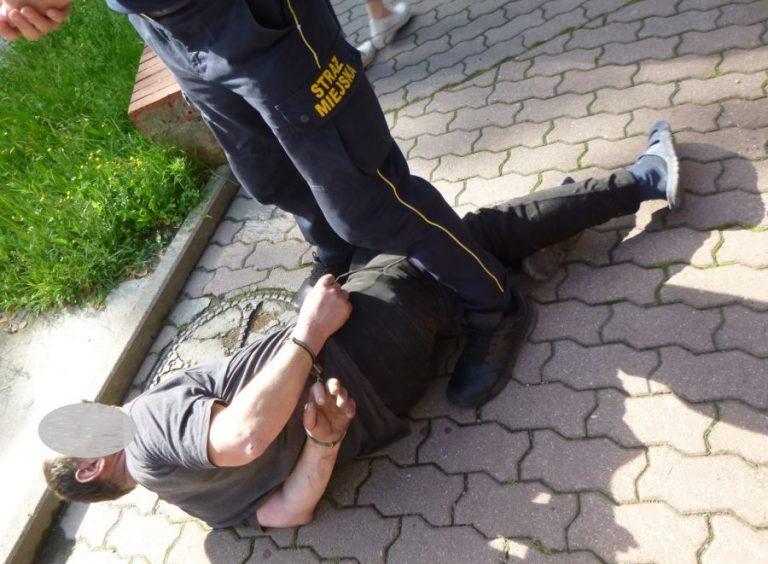Metalową rurą zaatakował klienta ZUS