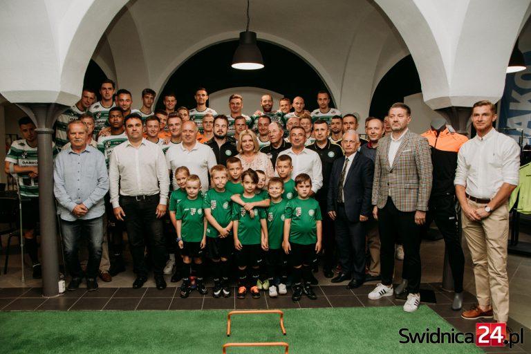 Zaprezentowani z rozmachem, znamy oficjalną kadrę piłkarzy Dabro-Bau Polonii-Stali Świdnica! [FOTO, VIDEO]