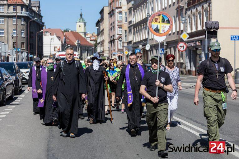 Pielgrzymka diecezji świdnickiej wyruszyła na Jasną Górę. Symboliczna forma z uwagi na pandemię [FOTO/VIDEO]