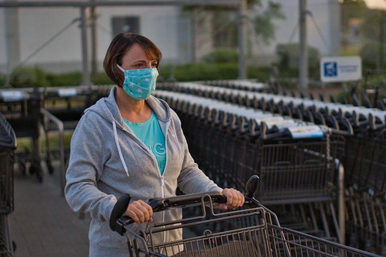 Maseczki w sklepach wciąż obowiązkowe. Rzecznik GIS przypomina: sprzedawca ma prawo odmówić obsługi klienta nie zasłaniającego ust i nosa