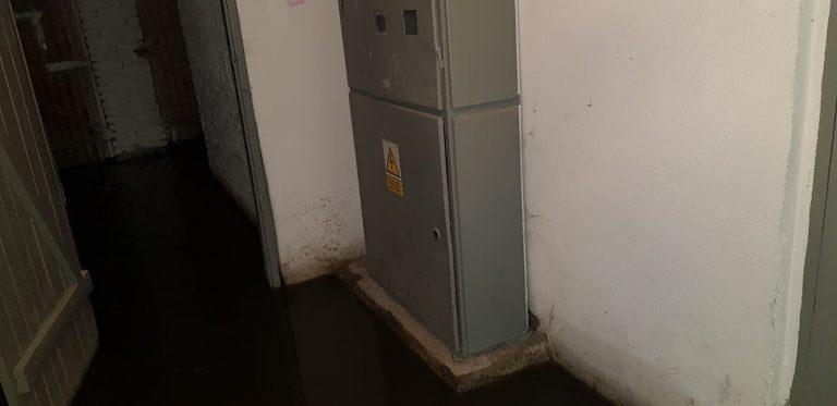 Po każdym deszczu na Osiedlu Młodych powódź w piwnicach. Winna budowa marketu? [FOTO/VIDEO]