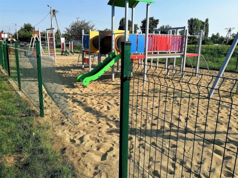 Wyrwane ogrodzenie na placu zabaw. Urzędnicy apelują do mieszkańców o reagowanie na przypadki wandalizmu